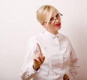 Sehr emotionale Geschäftsfrau in den Gläsern, blondes Haar auf weißem Hintergrund Stockfotos