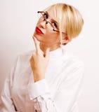 Sehr emotionale Geschäftsfrau in den Gläsern, blondes Haar auf weißem Hintergrund Stockbilder