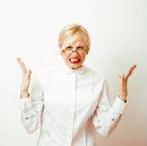 Sehr emotionale Geschäftsfrau in den Gläsern, blondes Haar auf weißem Hintergrund der Lehrer übergibt herauf die Aufstellung loka Lizenzfreie Stockbilder