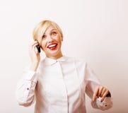 Sehr emotionale Geschäftsfrau in den Gläsern, blondes Haar auf weißem Hintergrund, Lebensstilleute Lizenzfreies Stockbild