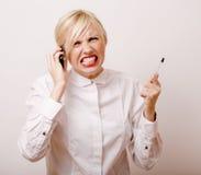 Sehr emotionale schreiende Geschäftsfrau, blondes Haar auf weißem Hintergrund Lehrer übergibt herauf die Aufstellung zeigen Stockbilder
