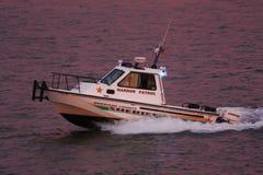 Sehr ernstes und strenges nettes Boot stockfotos