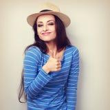 Sehr frohe junge Frau im Strohhut, der Daumen herauf Zeichen zeigt Vintag Stockfotografie