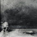 Sehr furchtsamer Schädel auf Tabelle Schwarzweiss-Hintergrund des strukturierten Schmutzes Lizenzfreie Stockbilder