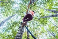Sehr gepaßte und athletische Frau, die ein Seil klettert Lizenzfreie Stockbilder