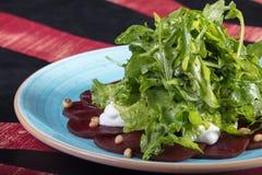 Sehr geschmackvoller Gemüsesalat Der Grüns, gesunden und gesunden Lebensmittel der Vitamine, Sehr geschmackvoller Gemüsesalat mit stockfotografie