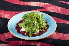Sehr geschmackvoller Gemüsesalat Der Grüns, gesunden und gesunden Lebensmittel der Vitamine, Sehr geschmackvoller Gemüsesalat mit lizenzfreies stockfoto