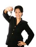 Sehr glückliche asiatische Geschäftsfrau, die ihr Set vorführt Stockbild