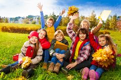 Sehr glückliche Kinder auf dem Rasen Stockfotografie