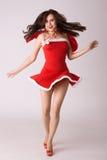 Sehr glückliche lächelnde Frau im roten Weihnachtskostüm stockbilder