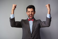 Sehr glückliche zufällige tragende Tweedjacke des jungen Mannes lizenzfreie stockbilder