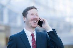 Sehr glücklicher Mann, der am Telefon spricht Lizenzfreie Stockfotografie