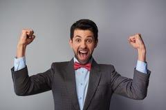 Sehr glücklicher und positiver zufälliger junger Mann lizenzfreies stockfoto