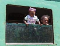 Sehr glückliches Baby mit einem jungen afrikanischen Mädchen Stockfoto