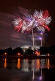 Sehr große Feuerwerke mit Reflexion im See Stockfotografie