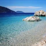 Sehr große Fluss-Steine Felsiges Ufer Kleiner Strand Blaues Meer Lizenzfreies Stockbild