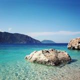 Sehr große Fluss-Steine Felsiges Ufer Kleiner Strand Blaues Meer Lizenzfreies Stockfoto