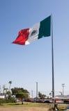 Sehr große mexikanische Markierungsfahne in Ensenada Stockfotos
