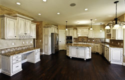 Sehr große neue Küche und Esszimmer Lizenzfreies Stockbild