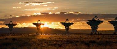 Sehr große Reihe als Sonnenuntergang (Satellitenschüsseln) Stockfotos