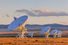 Sehr große Reihen-Satellitenschüsseln Stockbild