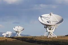 Sehr große Reihen-Satellitenschüsseln Stockfoto