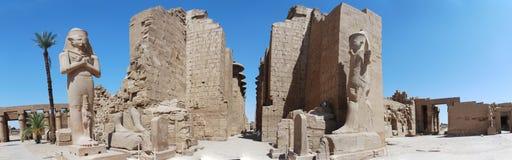 Sehr große Statuen im Tempel Stockbilder