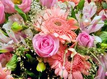 Sehr großer Blumenstrauß der Blumen Lizenzfreie Stockfotos