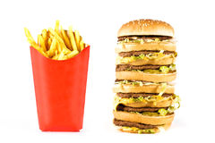 Sehr großer dreifacher Cheeseburger und Pommes-Frites stockfotos