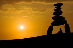 Sehr großer Druck des Gesichtes, Meditation unter Sonnenuntergang Stockbilder