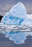 Sehr großer Eisberg lizenzfreie stockfotos