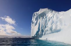 Sehr großer Eisberg in Antarktik lizenzfreie stockfotos