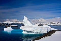 Sehr großer Eisberg in Antarktik lizenzfreies stockfoto