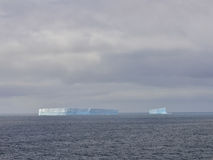 Sehr großer Eisberg in Antarktik stockfotos