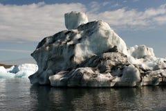 Sehr großer Eisberg auf einem isländischen See Lizenzfreie Stockfotografie