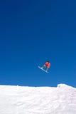 Sehr großer Snowboardingsprung auf Steigungen des Skiorts in Spanien Lizenzfreies Stockbild