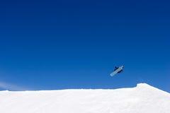Sehr großer Snowboardingsprung auf Steigungen des Skiorts in Spanien Stockfotografie