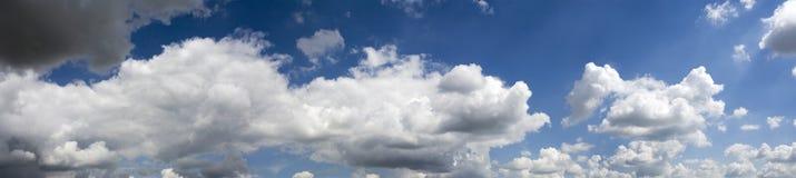 Sehr großes cloudscape Panoramawetter, das sich verbessert stockfoto