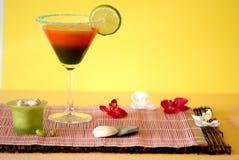 Sehr großes Cocktail mit Zitrone Stockfotos