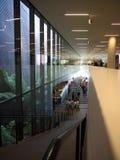 Sehr großes Fenster und Treppen im modernen Gebäude Lizenzfreie Stockfotos