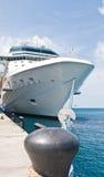 Sehr großes LuxuxKreuzschiff gebunden, um Schiffspoller zu schwärzen Stockbild