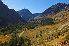 Sehr großes malerisches Tal in den Bergen stockfotografie