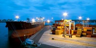Sehr großes Schiff im Hafen während der Frachtoperation Stockfotos