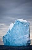 Sehr großer Eisberg in Antarktik Stockbild