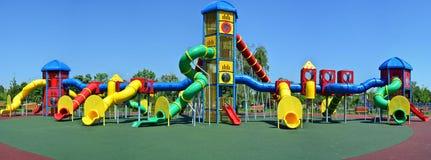 Sehr großer leerer Spielplatz im Park Lizenzfreie Stockfotografie