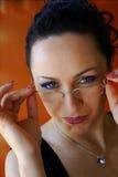 Sehr hübscher Sekretär löscht ihre Gläser Stockfoto