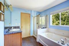 Sehr helles Badezimmer in der hellblauen Farbe Stockbild