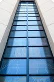 Sehr hoch blaues Fenster einer Kirche in Polen Nette Leuchte… Stockfoto