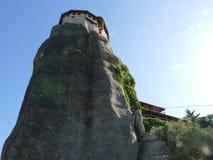 Sehr hohe Felsen von Meteora in Griechenland mit einem Kloster hockten auf die Oberseite stockfotos