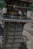 Sehr hohe Stahlkonstruktion nahe Eisenbahnlinien Stockfotos